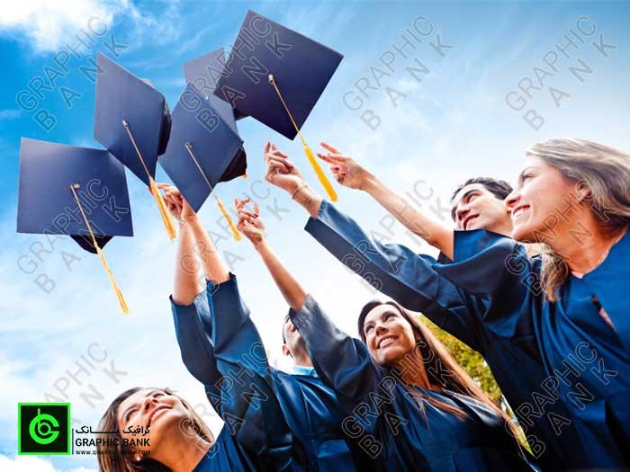 تصویر تعداد دانشجو که کلاه دانش را پرتاب کرده اند
