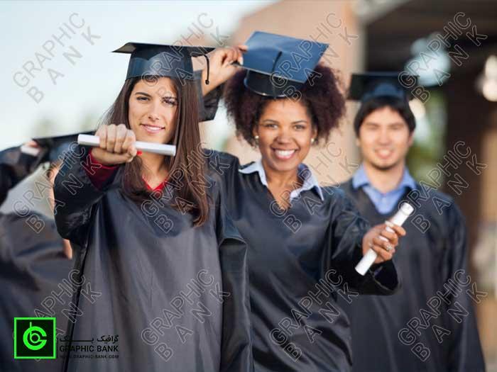 تصویر دانشجو مدرک تحصیلی به دست