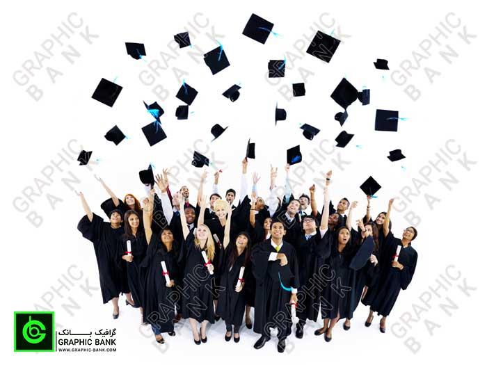 تصویر کلاه های دانش پرتاب شده توسط دانشجویان