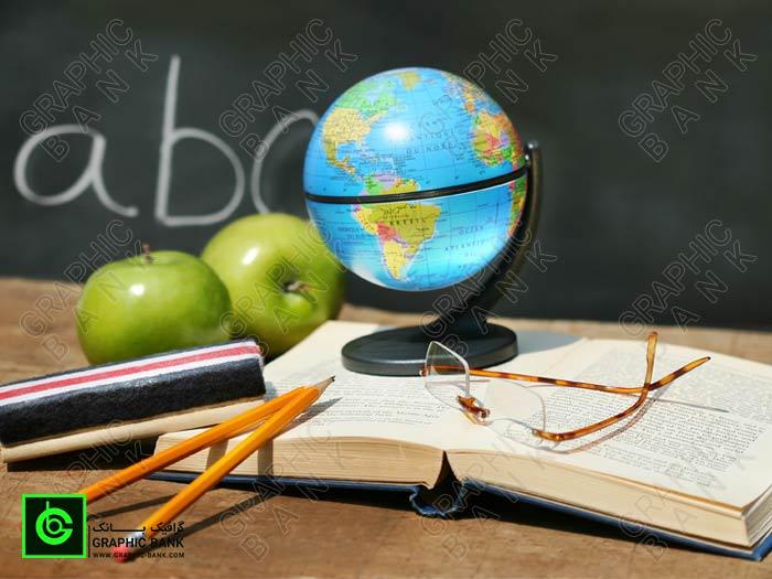 تصویر ابزار آموزشی روی میز