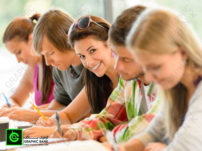 تصویر دانشجویان در حال نوشتن