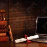 تصویر لب تاپ و کتاب های قدیمی