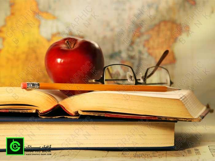تصویر کتاب و مداد قدیمی