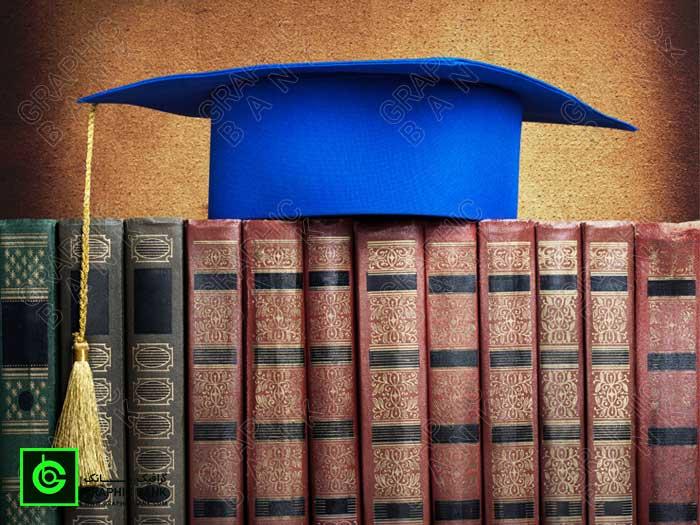 تصویر کلاه دانش و کتاب های قدیمی