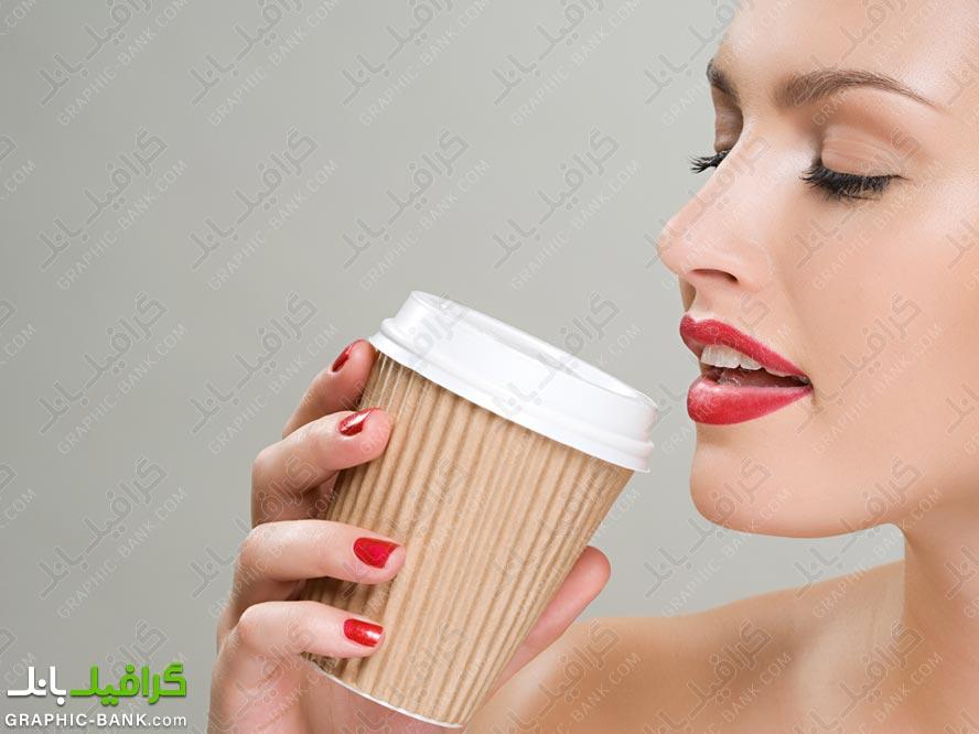 خانم در حال نوشیدن قهوه