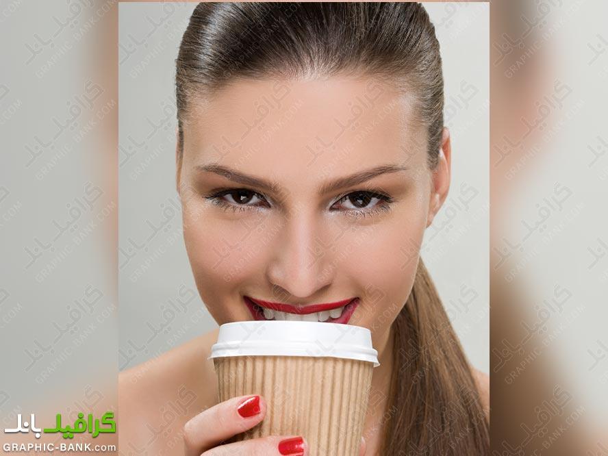 زن در حال نوشیدن قهوه