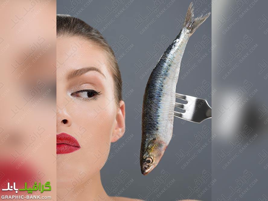 تصویر ماهی روی چنگال