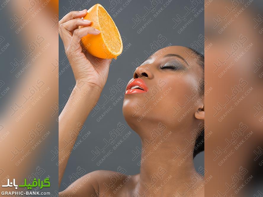 تصویر خوردن پرتقال